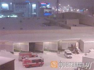 Число пострадавших при обрушении крыши гипермаркета в Петербурге возросло до 13; под завалами могут быть люди