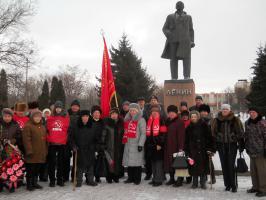 Валуйские коммунисты провели акцию цветы - Ленину