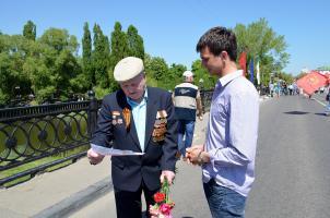Белгородские комсомольцы отпраздновали День Победы, возлагая цветы к памятникам героев Великой Отечественной Войны и поздравляя ветеранов