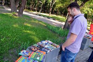 Белгородские комсомольцы отметили день защиты детей бесплатной книжной ярмаркой