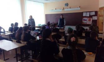 Белгородская область: комсомольцы ежедневно проводят уроки о копии Знамени Победы