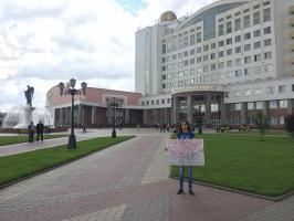 В Белгороде при одиночном пикетировании в защиту Алексеевского филиала БелГУ на участницу напали и разорвали плакат.