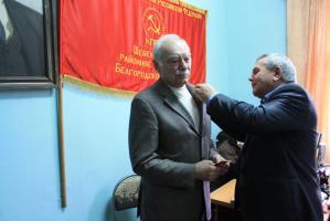 Шебекинские коммунисты наградили С.В. Муравленко медалью