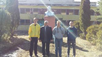Губкинские комсомольцы ко дню рождения В.И. Ленина позаботились о его памятнике