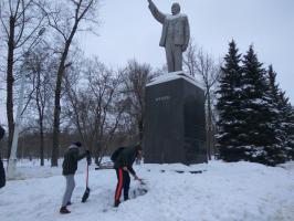 На новогодних праздниках белгородские комсомольцы привели в порядок городские памятники В.И. Ленину.