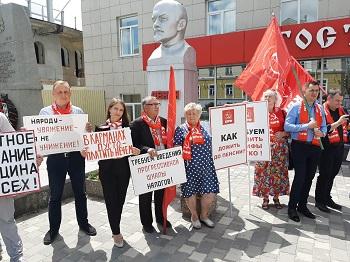 В Белгородской области коммунисты провели серию массовых и одиночных пикетов против повышения тарифов ЖКУ